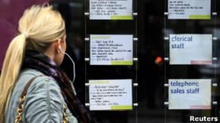 Женщина в Лондоне читает объявления о найме на работу