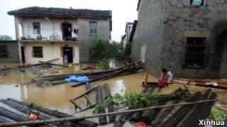 江西德興市香屯街道辦事處大洲村被洪水圍困,一片狼藉(16/06/2011,新華社照片)