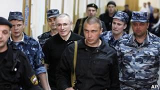 Михаил Ходорковский с конвоем