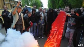 Украинские националисты поджигают красный флаг 9 мая 2011 года