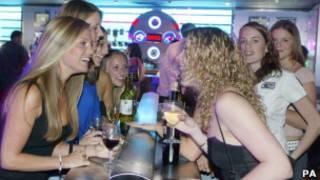 Девушки выпивают в британском ночном клубе