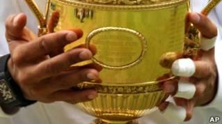 Надаль с трофеем за победу в Уимблдоне
