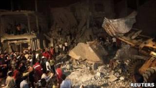 Jornalistas são levados por representantes do governo a área destruída. Foto: Reuters