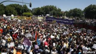 Manifestantes se reúnem na Praça Netuno, em Madri. Foto: Reuters