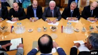 Membros do Fatah e do Hamas em foto de arquivo de reunião ocorrida em maio (AFP)