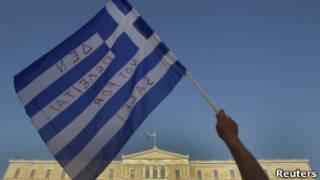 Manifestante com a bandeira grega em Atenas no último domingo (Reuters)
