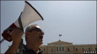 Manifestante diante do Parlamento grego
