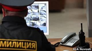 Сотрудник полиции смотрит на монитор камер слежения