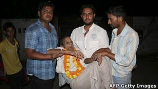 Brij Biahri Pandey, de 108 anos, é auxiliado por parentes após ser solto da prisão de Goarakhpur, em junho de 2011 (AFP Getty Images)