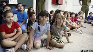 Crianças participam de treinamento em abrigo de escola israelense (Reuters)