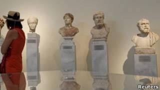 Турист, разглядывющий стауи греческих богов