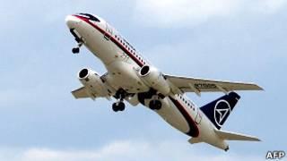 Авиалайнер SuperJet на авиасалоне в Ле Бурже