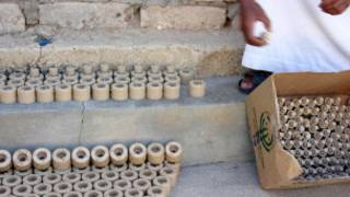 Rebelde líbio mostra minas terrestres. Foto: Human Rights Watch