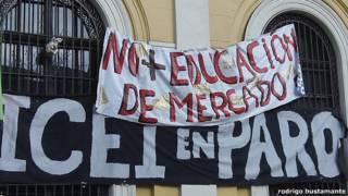 Panacartas cubren la fachada de la universidad nacional en Santiago