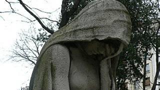 Статуя плачущей вдовы на Монмартре
