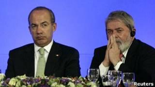 O presidente do México, Felipe Calderón, e o ex-presidente Lula durante conferência no México nesta semana