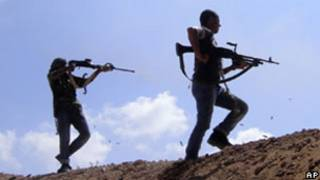 Rebeldes líbios disparam contra as forças de Khadafi em Misrata (AP)
