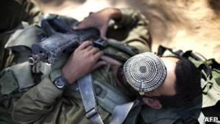 Soldado israelense descansa durante exercício militar (Foto: AFP)
