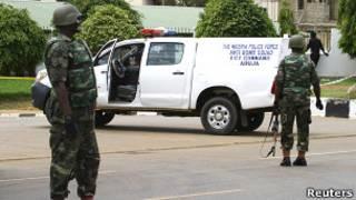 Нигерийские военные после нападения на штаб-квартиру полиции в Абудже 16 июня