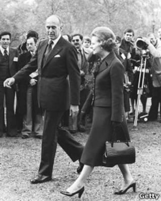 Маргарет Тэтчер несет сумочку на церемонии встречи с президентом Франции Валери Жискар д'Эстеном в 1979 году