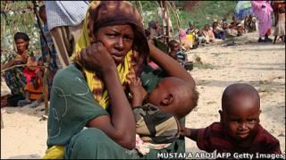 Деякі сомалійські сім'ї ідуть пішки більше місяця, щоб дістатися табору біженців.