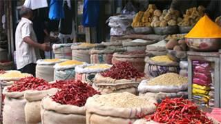 Покупатель на продовольственном рынке в Бангалоре