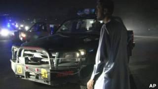 Viatura das forças de segurança afegãs em frente ao hotel atacado