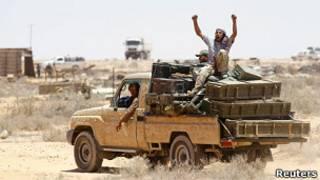Ливийские повстанцы увозят вооружение