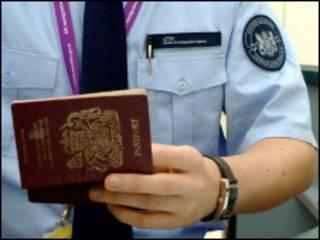 签证官检查护照
