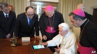 Папа римский осваивает планшетник
