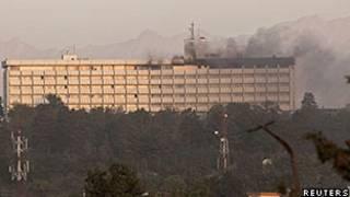 Pela manhã a fumaça ainda podia ser vista saindo do Hotel Intercontinental, em Cabul (Reuters)