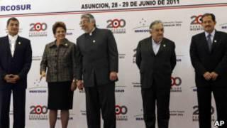 Presidentes do Equador, do Brasil, do Paraguai, do Uruguai e o vice-presidente da Colômbia, em foto da Cúpula do Mercosul (AP)