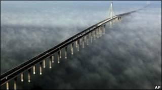 Довжина найдовшого у світі мосту понад 42 км