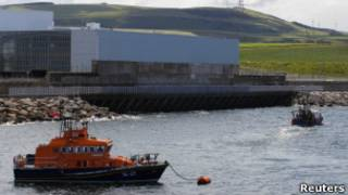 Barco tenta retirar agua-viva da central nuclear escocesa. Reuters