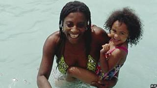 Foto fornecida à AP por Candella Matta, amiga de Marie Joseph, mostra Marie com a filha de Candella, Dalianyz Melendez, em uma piscina pública de Fall River (AP)