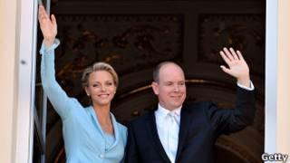 Charlene e Albert acenam aos súditos do palácio de Mônaco. Getty