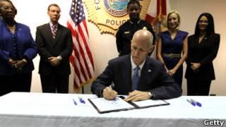 Governador da Flórida, Nick Scott, assina a lei. Getty