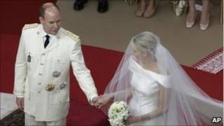 Charlene e Albert se casam em cerimônia religiosa em Mônaco (AP)
