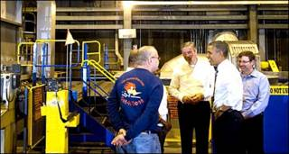 आयोवा की डेवेनपोर्ट फ़ैक्टरी में ओबामा