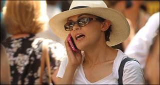 मोबाइल इस्तेमाल करती एक महिला