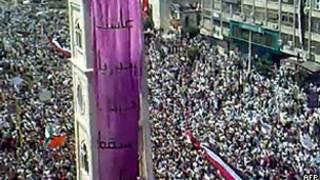 Imagem retirada de um vídeo postado no YouTube mostra manifestação de sexta-feira em Hama (AFP)