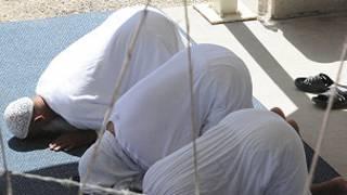 Ибодат қилаётган Гуантанамо маҳбуслари