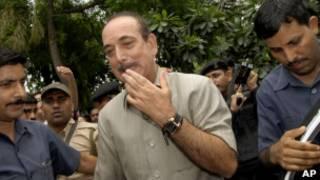 Ministro da Saúde da Índia Ghulam Nabi Azad deixa a sua residência em Nova Délia, na Índia, no dia 5 de julho de 2011, um dia após ter feito declaração polêmica a respeito de homossexualismo.