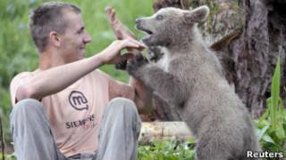 Матевз Логар с медвежонком