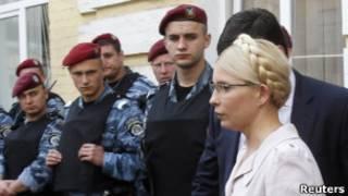 Юлия Тимошенко и сотрудники спецназа