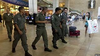 Policiais israelenses no Aeroporto Ben Gurion, em preparação para a chegada dos ativistas (AFP)