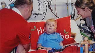 Joshua Baker, com os pais, no Hospital de Glenfield (Foto: Caters)