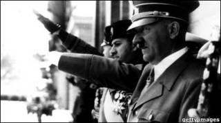 Гітлер на параді нацистських військ