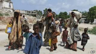 Somalis se dirigem a campo de refugiados em Mogadíscio. Foto: AP