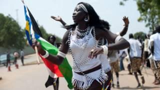 Umunyasudanikazi afite ibendera rya Sudani yepfo